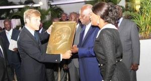Il Presidente Dos Santos, per il suo 71° compleanno, riceve un  libro d'oro artigianale realizzato a mano dalla casa editrice italiana Dino Editore.